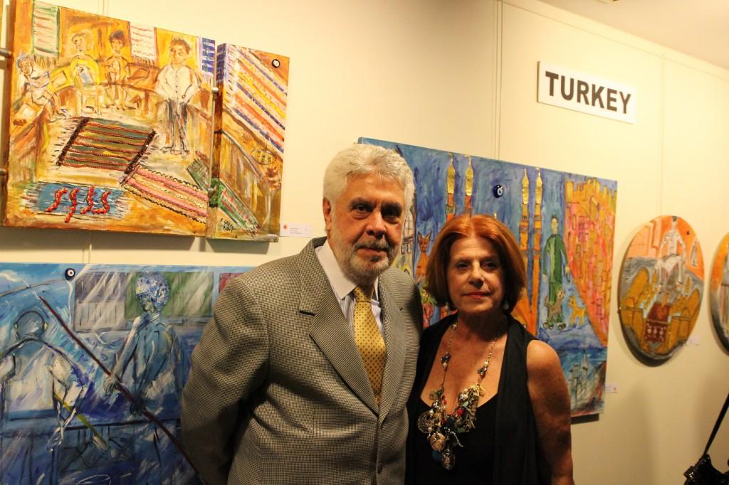 """Solange Greco et son mari, le Consul-Général du Brésil à l'exposition """"La Turquie, l'Italie et la Finlande vus des yeux brésiliens"""""""