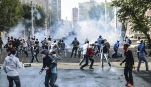 des-manifestants-kurdes-affrontent-les-forces-anti-emeutes-a-diyarbakir-dans-le-sud-est-de-la-turquie-le-7-octobre-2014_5125022