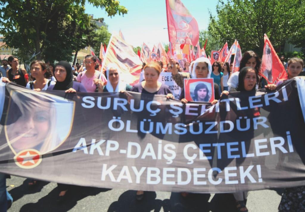 """En tête du cortège funèbre.  Sur l'étendard on peut lire """"La mafia AKP-DAECH sera vaincu""""."""