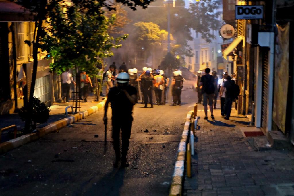 Officier de police rue Istiklal durant les affrontements du 22 juillet.