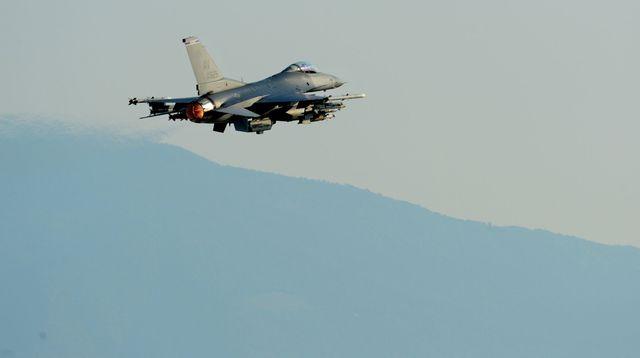 un-f-16-de-l-armee-americaine-decolle-de-la-base-italienne-d-aviano-pour-rejoindre-la-base-d-incirlik-dans-le-sud-de-la-turquie-le-9-aout-2015_5395349
