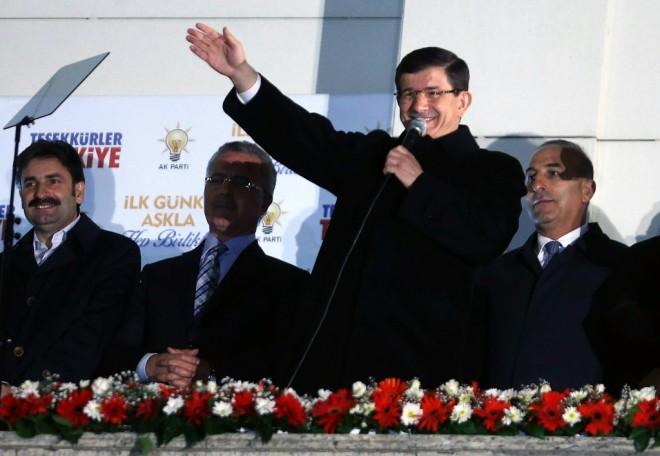 Le Premier ministre Ahmet Davutoğlu en plein discours au siège de l'AKP à Ankara, le 1e novembre 2015