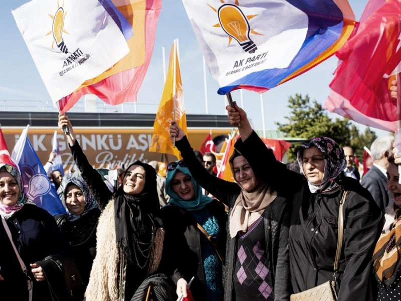 Des partisans de l'AKP célèbrent leur victoire électorale à Istanbul le 3 novembre