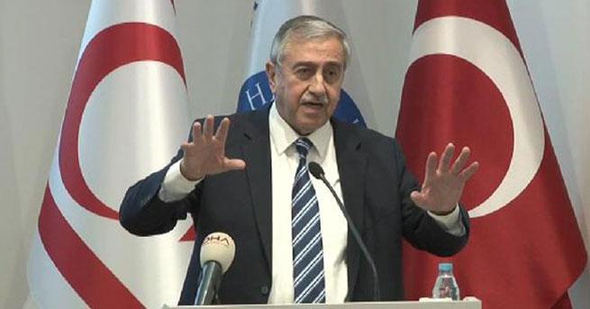 Mustafa Akinci, le président de la RCTN, s'exprimant à l'Université de Kadir Has