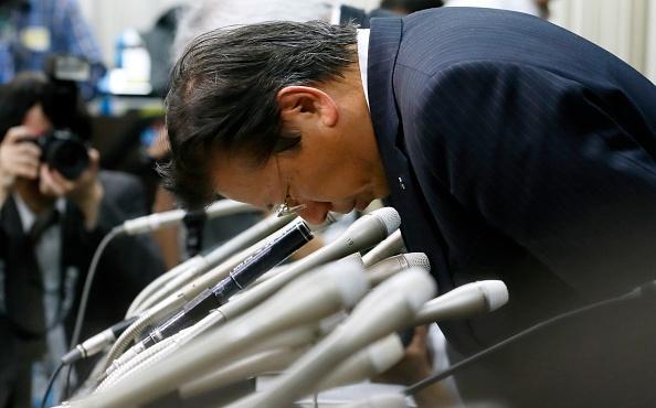 mitsubishi-motors-president-tetsuro-aikawa-bows-during-a-press-conference-on-april-20-2016-in-tokyo-japan