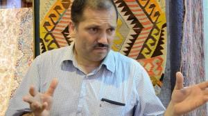 Mehmet, vendeur de tapis au Grand Bazar, alors qu'il livre les secrets du Grand Bazar d'antan.