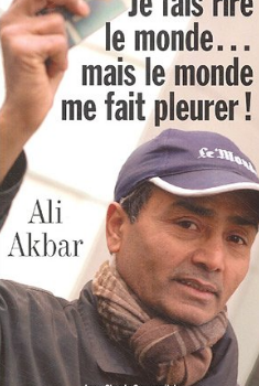 «Je fais rire le monde…mais le monde me fait pleurer!», voici le titre de la biographie d'Ali Akbar, un vendeur de journaux à la criée comme on en fait plus.