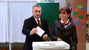 le-premier-ministre-hongrois-viktor-orban-vote-aux-cotes-de-son-epouse-pour-le-referendum-antirefugies-a-budapest-le-2-octobre-2016_5717445