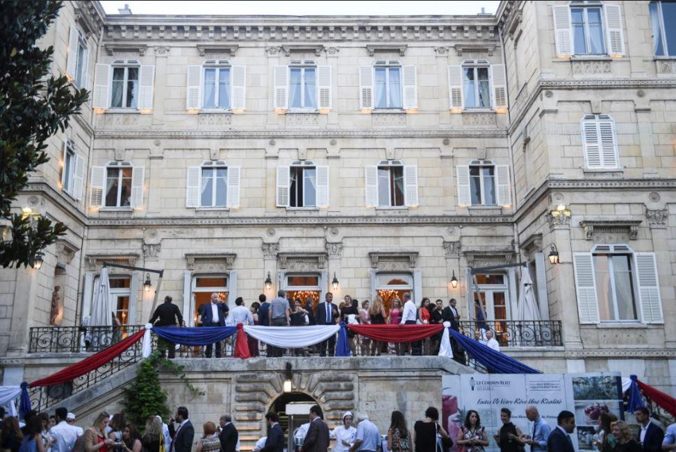 14 juillet ambiance chic et populaire au palais de france aujourd 39 hui la turquieaujourd 39 hui. Black Bedroom Furniture Sets. Home Design Ideas