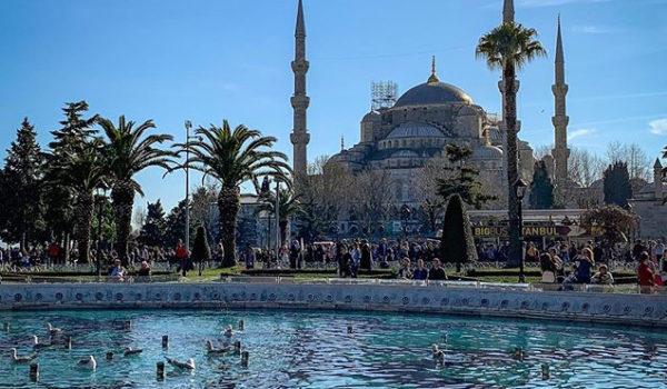 🕌 Sultanahmet Camii, surnommée la Mosquée Bleue, fut construite entre 1609 et 1616 sous le règne du Sultan Ahmet Ier, qui la nomma de son nom. 💙 Elle est célèbre […]