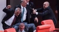 Dans la nuit de mardi à mercredi, des échauffourées ont éclatées au parlement à Ankara. Bilan: cinq députés de l'opposition blessés dont quatre hospitalisés. Les esprits se sont échauffés autour […]