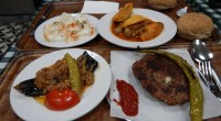 Le lokanta est un concept relativement nouveau en Turquie, mais florissant : celui de la restauration libre-service. Le client choisit directement parmi la multitude de plats exposée. Nous avons testé […]