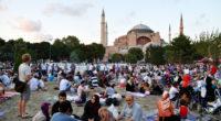 Depuis quelques jours, Istanbul vit au rythme du mois du ramadan. En fin d'après-midi, des tables sont installées sur les grandes places de chaque quartier de la ville où la […]